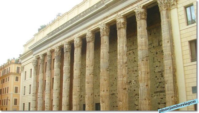 Roma - Templo de Adriano na Pizza di Pietra em Roma