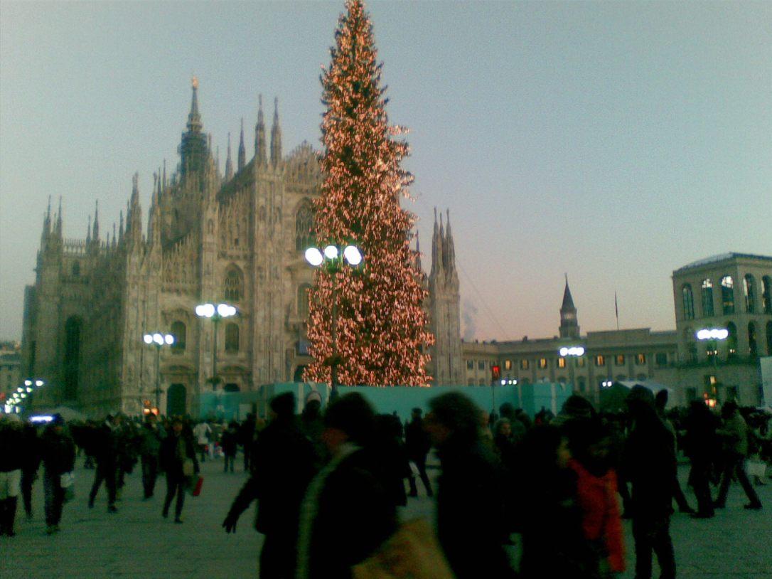 Árvore de Natal em frente ao Duomo em Milão