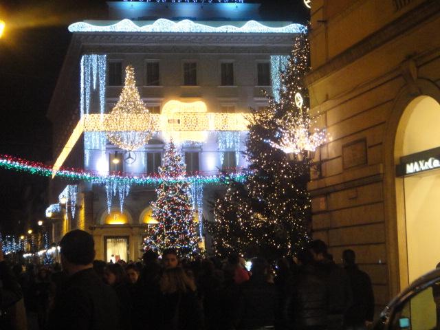 Cruzamento entre a Via del Corso e Via dei Condotti (Roma)