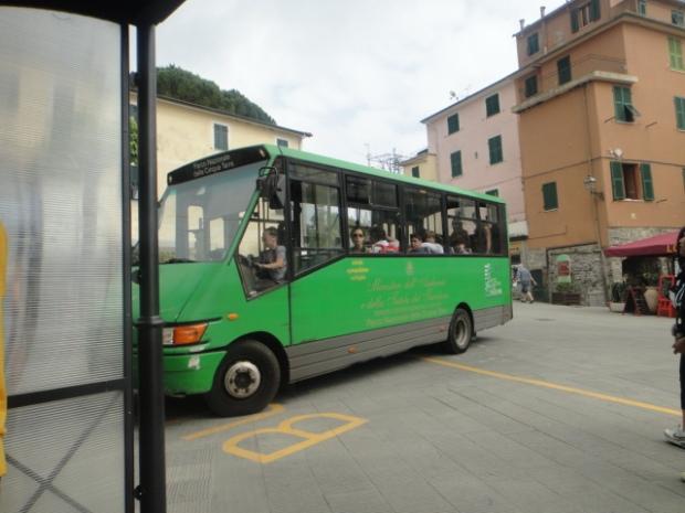 Ônibus que faz o trajeto da estação ferroviária à Corniglia