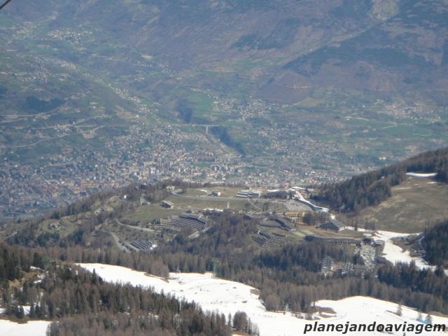 As pistas, a estação e Aosta ao Fundo