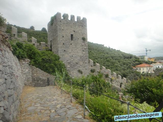 Muralha e Torre ao Fundo