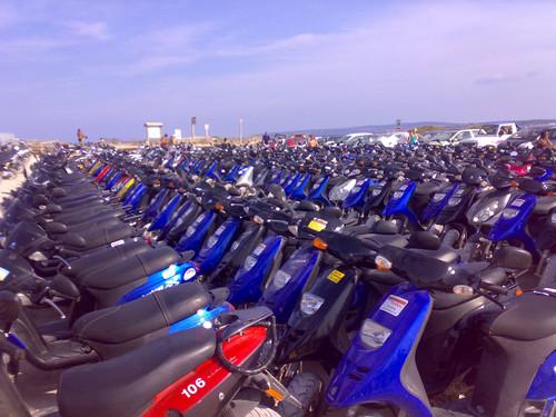 Scooters estacionadas em Formentera (foto: fotolog.com.br/alex_cerma_11/68412181)