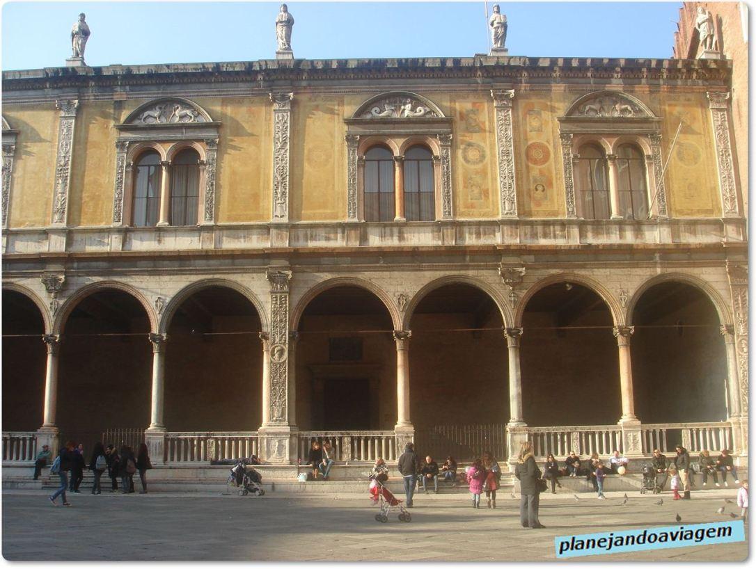 Loggia del Consiglio na Piazza dei Signori, também conhecida como Piazza Dante pela escultura de Dante (época Scaligera)