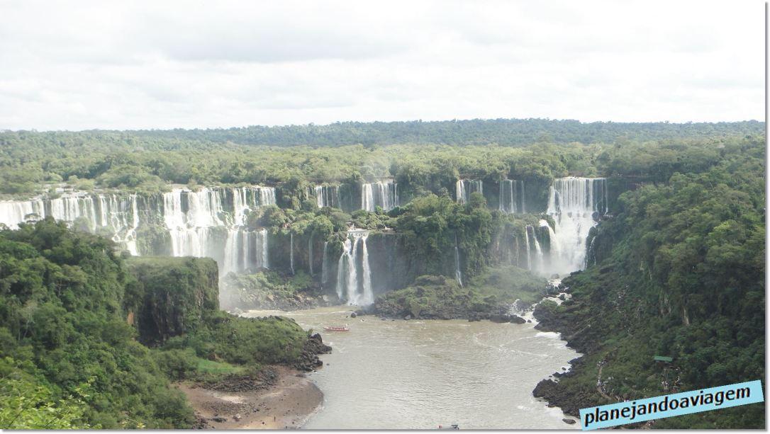 Quedas e Ilha (faixa de areia em baixo à esquerda) Argentinas avistadas do lado Brasileiros do Parque Nacional do Iguaçu