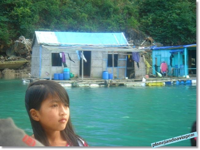Morados da Vila Flutuante em Halong Bay