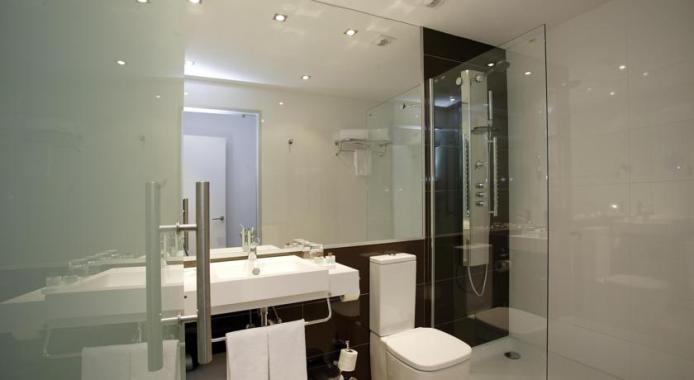 Hotel Petit Palace Barcelona - banheiro (foto: reprodução)
