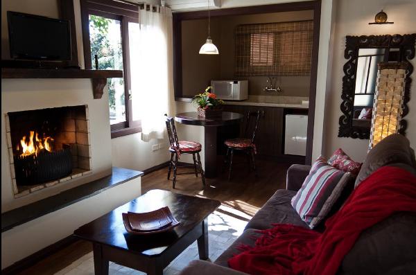 Quarto e lareira no Hotel Canto Verde em Gramado