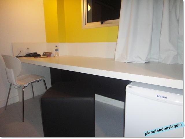 Quarto - mesa de trabalho, roupeiro e frigobar