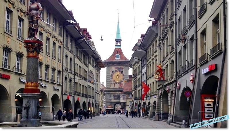 Rua Marktgasse e a Torre do Relógio ao fundo