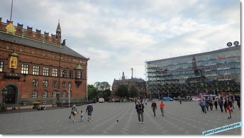 Radhuspladsen (praca) e Prefeitura de Copenhagen, a esquerda