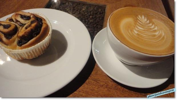 Café da manhã no Baresso (café latte e grovsnegl)