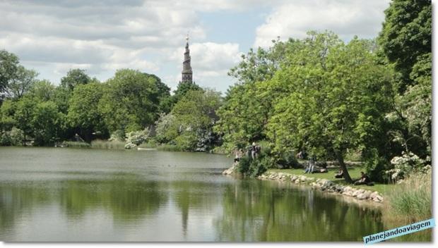 Parque em Christiania com a Igreja Nosso Salvador ao fundo