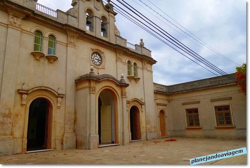 Fachada Santuario del Carmem na Plaza Artigas em Carnelo