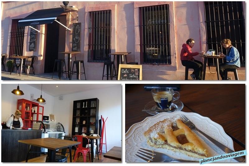 Fachada, interior e doces do cafe Santissimo em Colonia del Sacramento