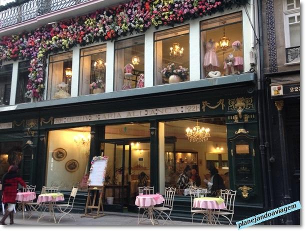 Loja com fachada antiga na rua das Flores no Porto