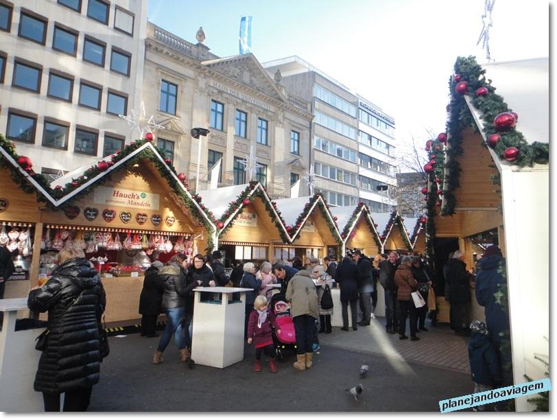 Bancas no Mercado natalino Marchen-Markt em Dusseldorf