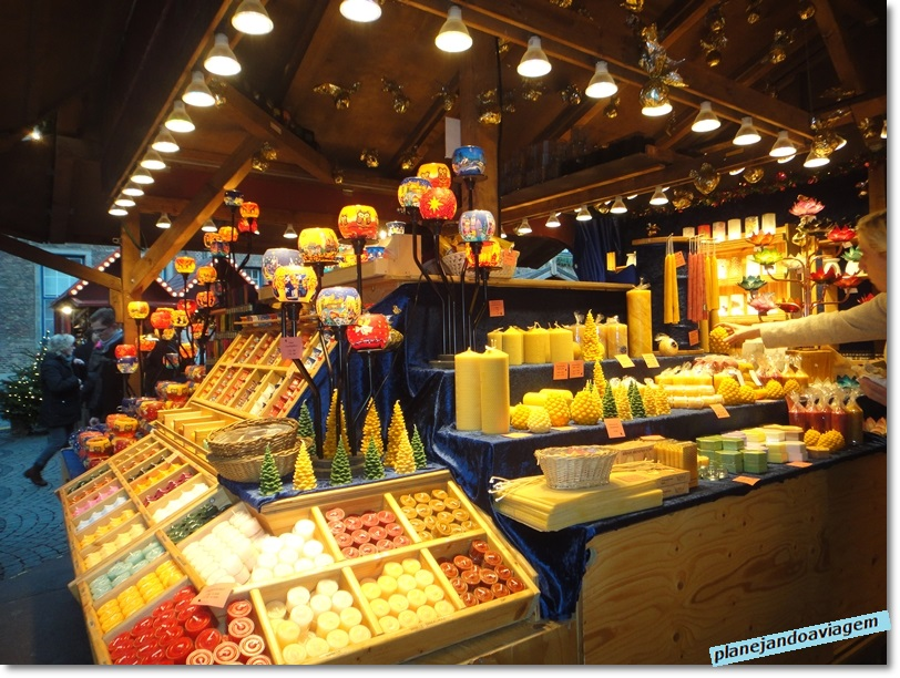 Banca de velas no mercado natalino Handwerker-Markt em Dusseldorf