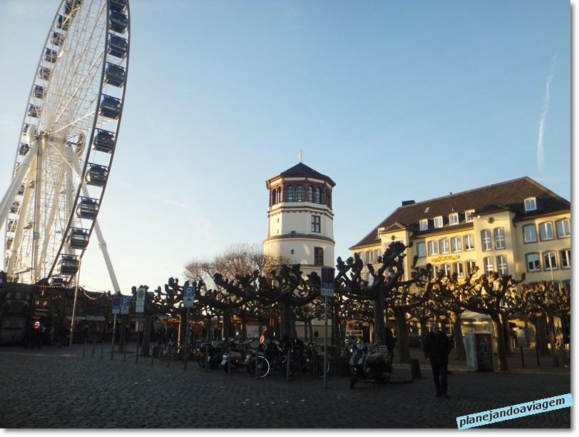 Dusseldorf - Burgplatz e sua roda gigante