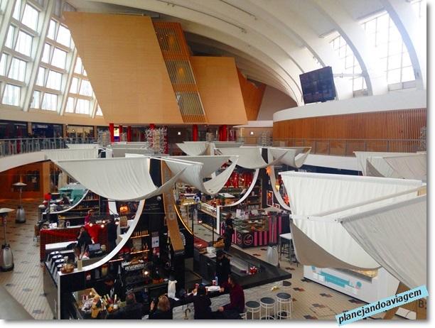 Interior do Mercado Gastrônomico Bom Sucesso no Porto