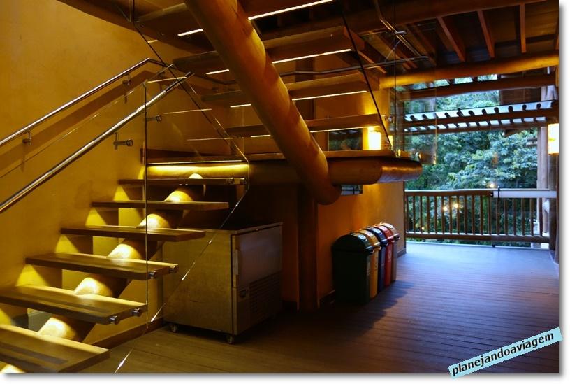 Kalango Hotel Boutique em Ilhabela - escada e lixeira para separacao do lixo