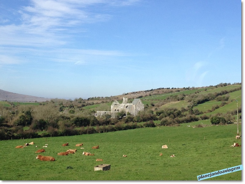 Paisagem rural irlandesa com The Burren ao fundo