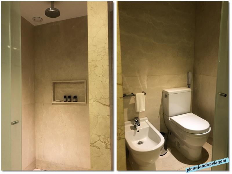 Banheiro - chuveiro e sanitario em area distintas